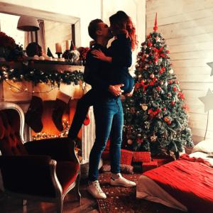 un couple s'embrasse
